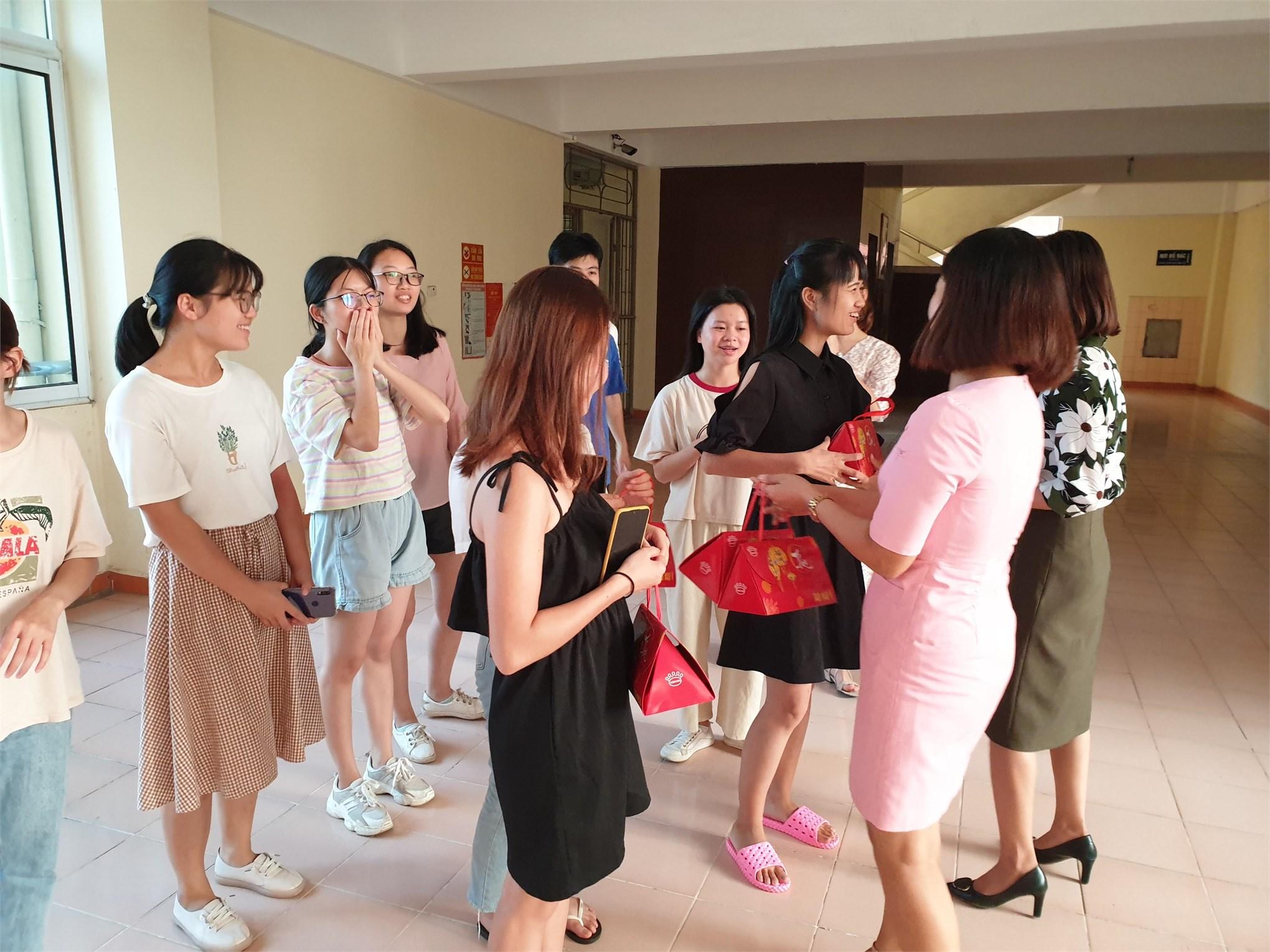 Khoa Ngoại ngữ tổ chức trao quà Tết Trung thu cho lưu học sinh Trung Quốc