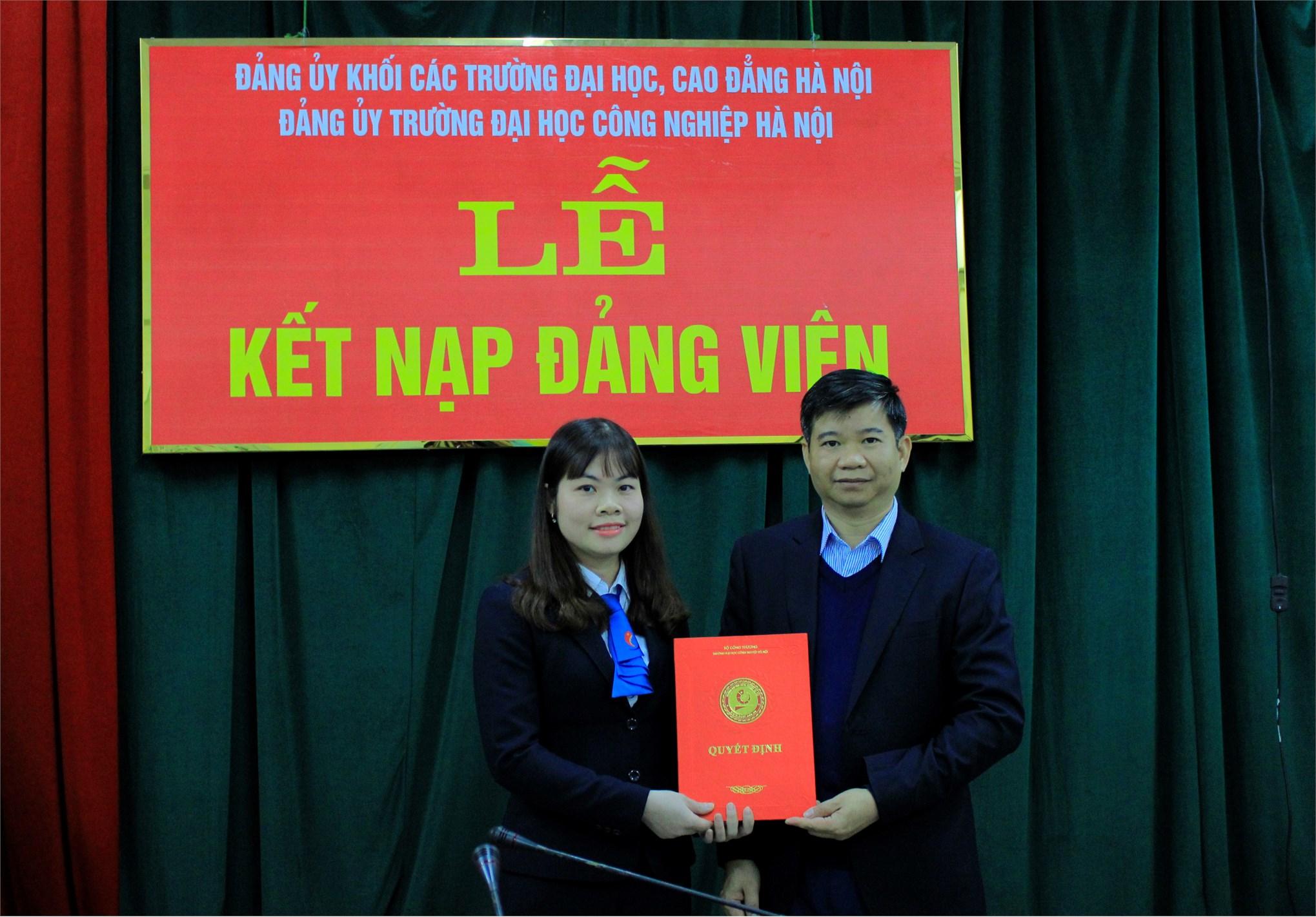 Lễ kết nạp Đảng viên mới và trao bằng khen cho các Đảng viên xuất sắc