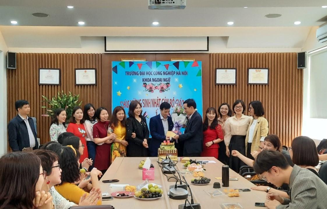 Khoa Ngoại ngữ tổ chức sinh hoạt kỉ niệm 121 năm ngày Quốc tế Phụ nữ