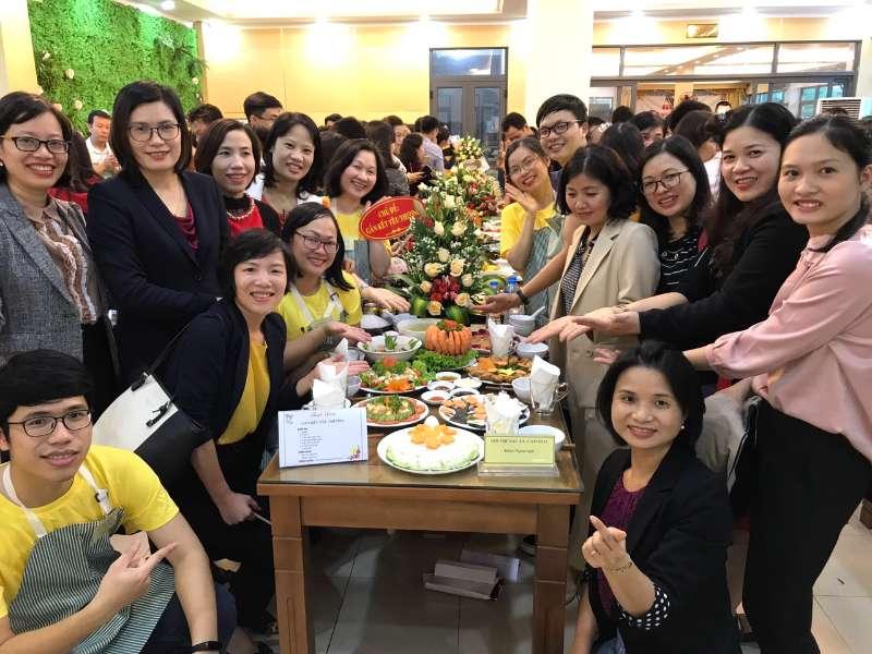 """Mâm cơm """"Gắn kết yêu thương"""" của Khoa Ngoại ngữ chào mừng ngày Phụ nữ Việt Nam"""